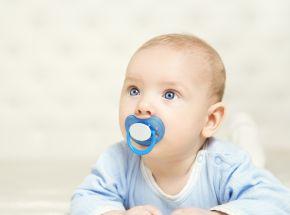 Quando as crianças devem parar de mamar no seio ou usar chupeta e mamadeiras?